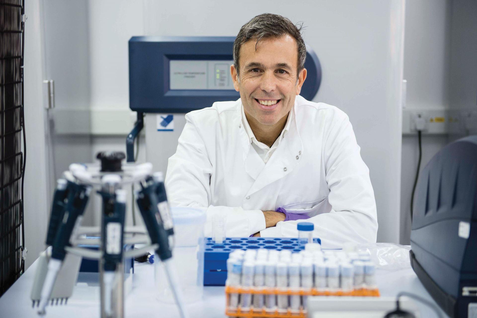 Profesor Yannis Pitsiladis in the labs