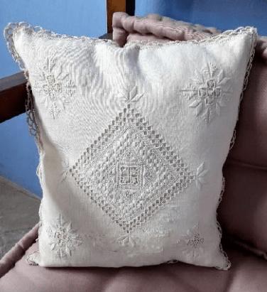 Lefkaritika cushion