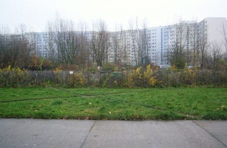 The 'Big Bed' occupies an area of about 600 m² in a much larger brownfield site surrounded by high-rise appartment blocks. (source: Katrin Bohn 2017)