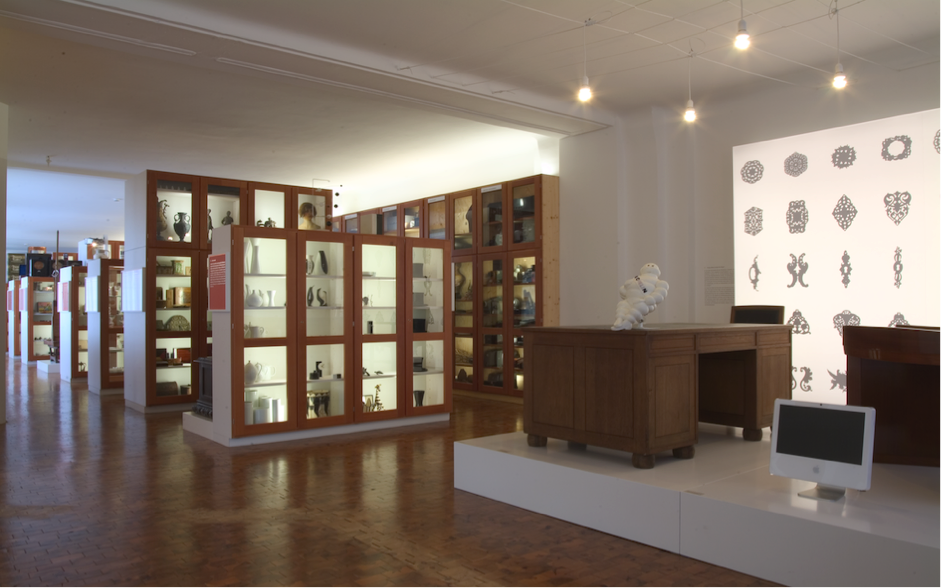 Figure 1: The museum's main dispaly area with contrasting exhibits displayed in glass-frontedcabinets. Photograph by Armin Hermann. Image courtesy of Museum der Dinge.