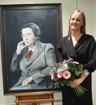 sara lavelle with her painting