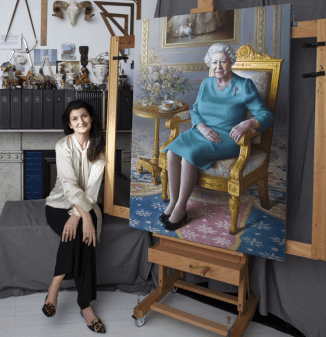 Miriam Escofet with her portrait of the queen