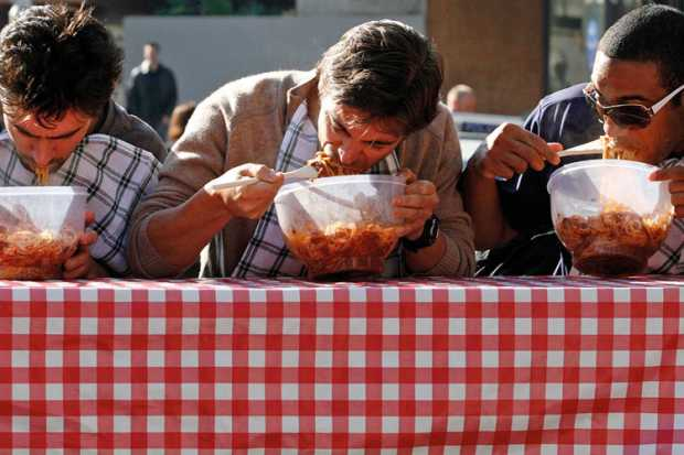 men-eating-pasta-in-speed-eating-competition