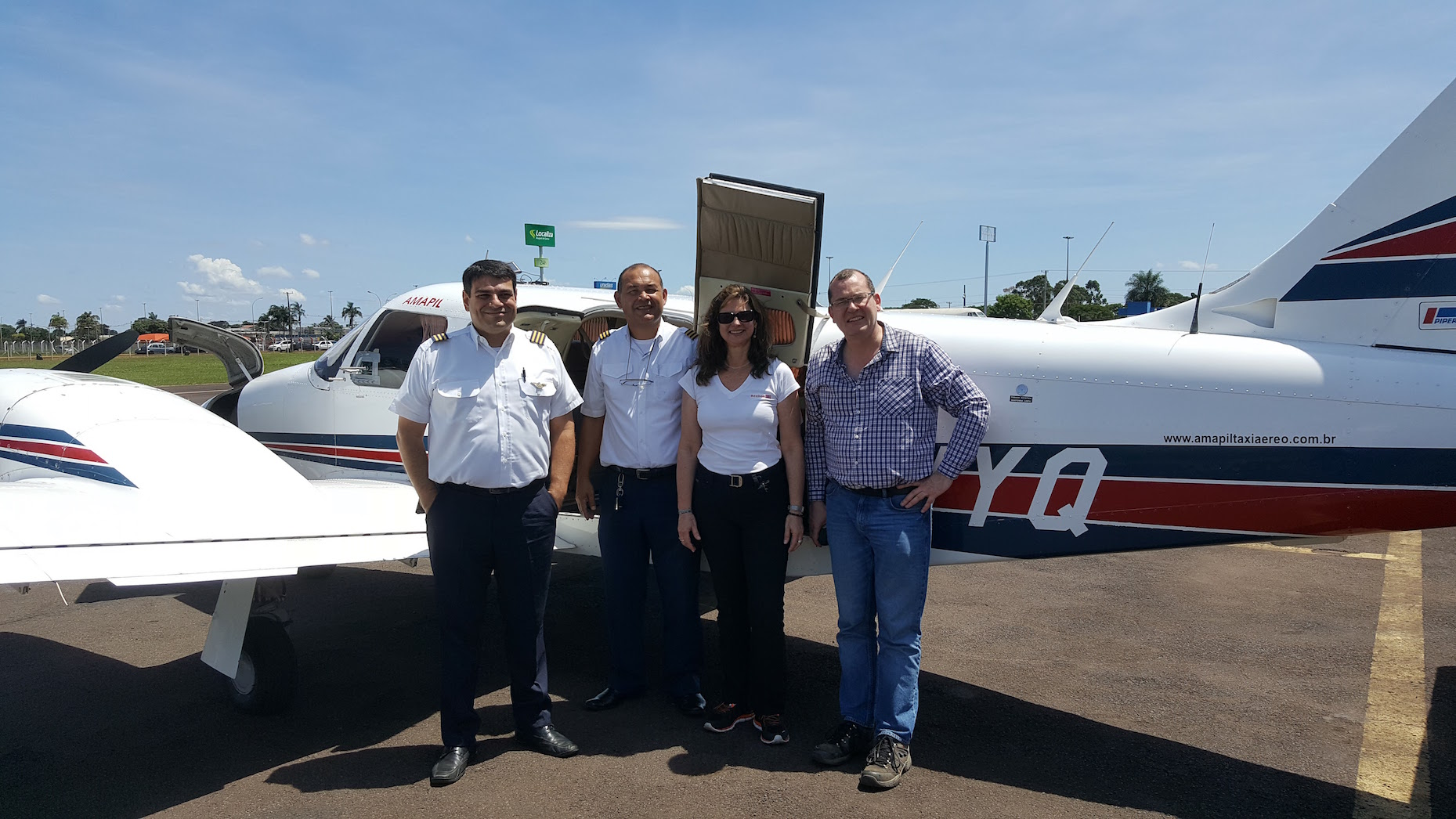 Luciana Gatti and Manuel Gloor with the pilots of the light aircraft
