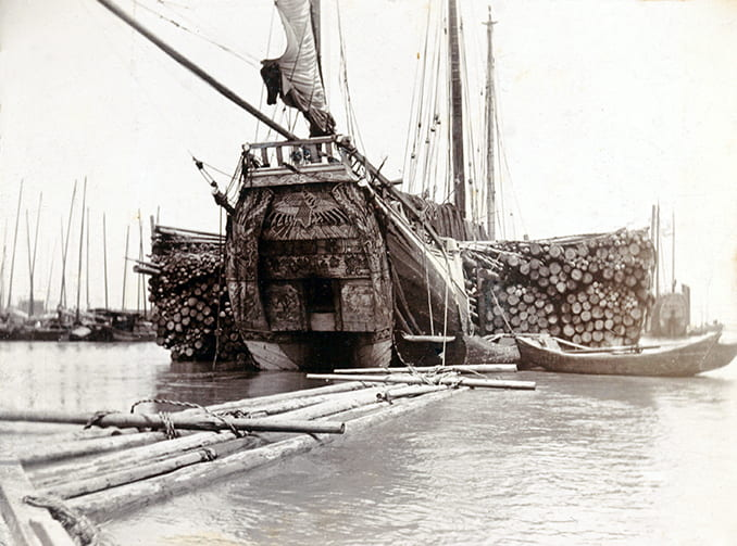 A Foochow pole junk, with a full cargo of poles, Shanghai, c.1902. Photograph by Charles Darwent. HPC ref: Da01-21.