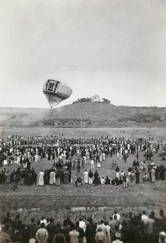Sending up a balloon to advertise 'Hatamen' cigarettes, c.1925