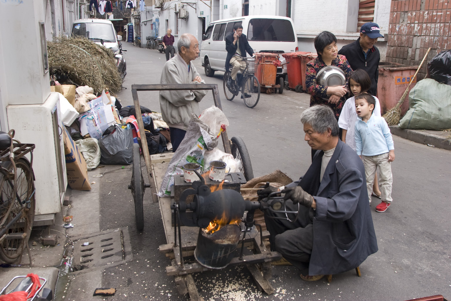 Making popcorn, Old City, Shanghai, May 2011.  Photograph by Jamie Carstairs.