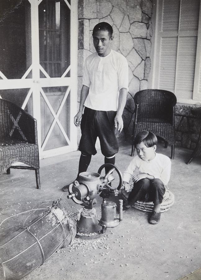 Making popcorn, Peitaiho (Beidaihe), c.1938, Morrison collection, Mo04-121.
