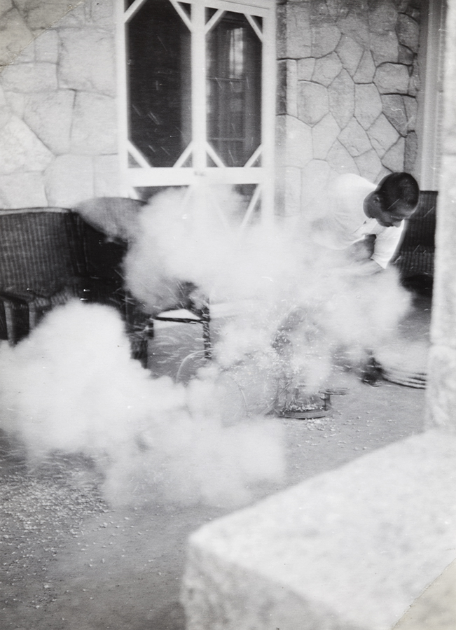 Making popcorn, Peitaiho (Beidaihe), c.1938, Morrison collection, Mo04-122.