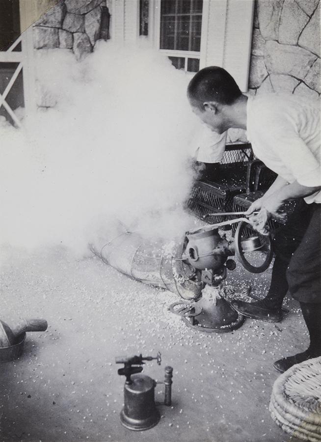 Making popcorn, Peitaiho (Beidaihe), c.1938, Morrison collection, Mo04-123.