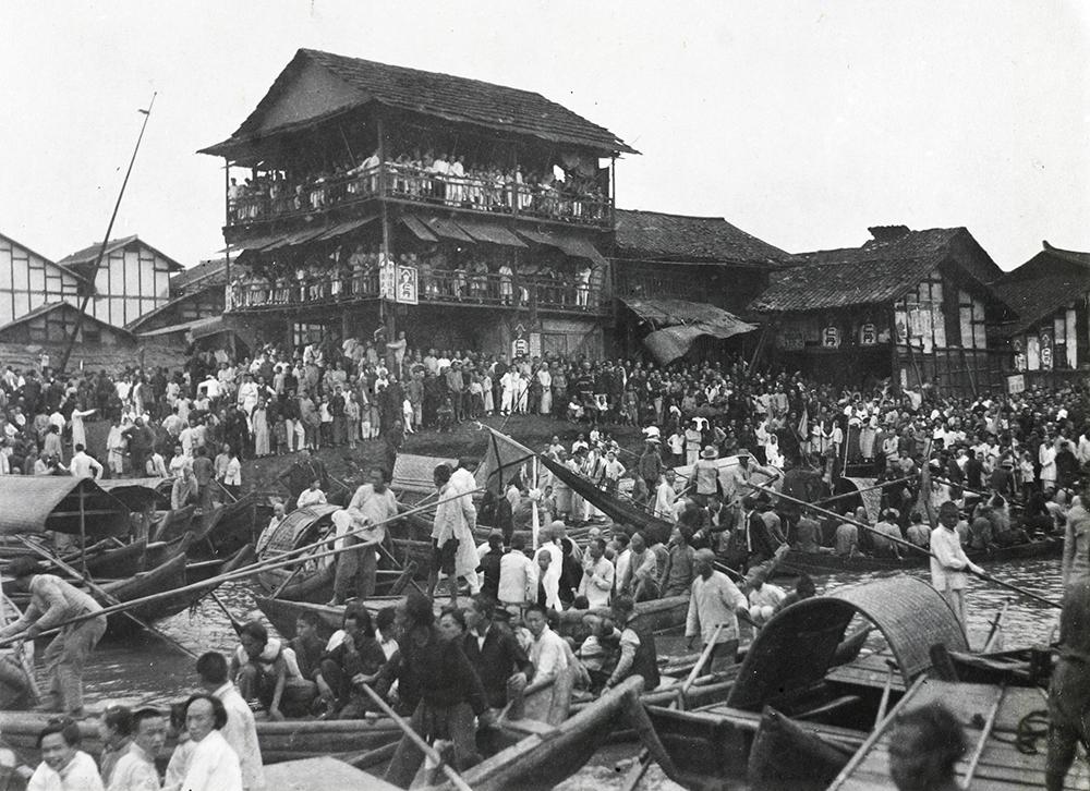 Watching the Dragon Boats, Siangtan (Xiangtan), c.1900-1930. Banister collection Ba04-23