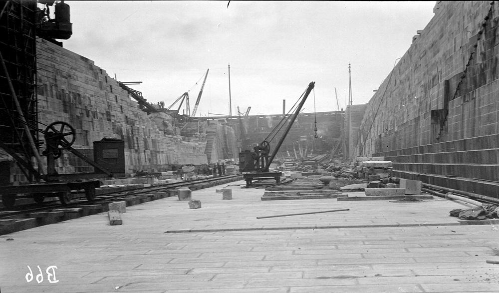 Constructing Taikoo dry dock, Hong Kong, 1906-07.  Sw02-104.