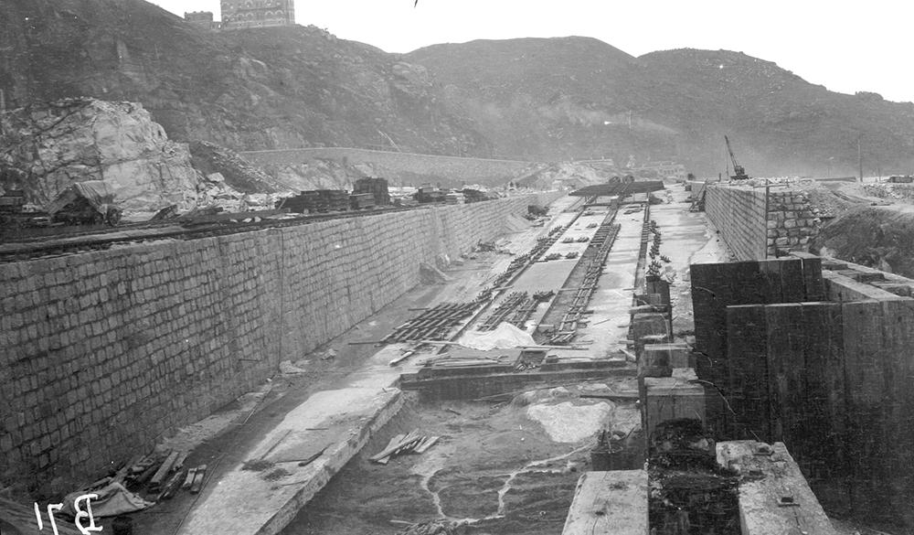 Constructing Taikoo dry dock, Hong Kong, 1906-07.  Sw02-113.