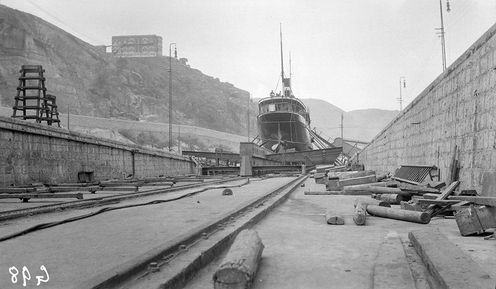 Repairing a ship's stern, Taikoo Dockyard, Hong Kong, 1911-12.  Sw07-149.