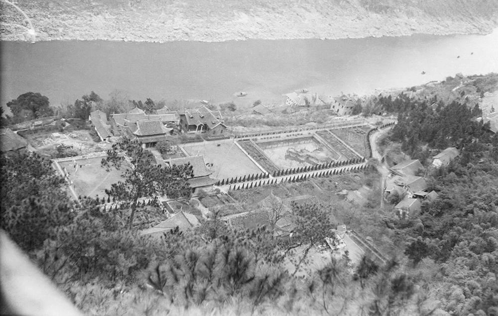 Fig. 1 View of Northern Hot Springs Park from Jinyun Hill. Sources: Historical Photographs of China project, Fu Bingchang Collection, Fu-n186 © 2007 C. H. Foo and Y. W. Foo