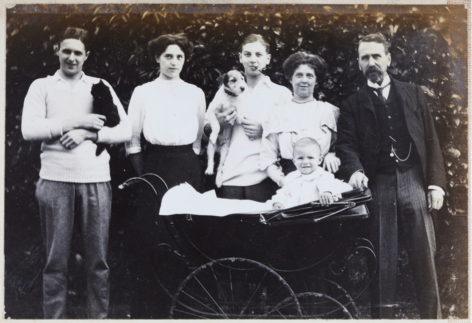 15. Burnt Oak, Waldron, Sussex, c. 1913. Harold, Geoff, Dorothy, Maggie, Harry and Bertie, Dorothy's son, in pram.
