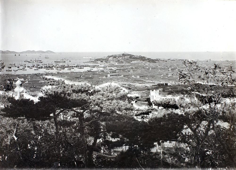 Chefoo, from 'Temple Hill', 1900. Carrall Family Collection, Ca01-064, © 2008 Queen's University Belfast.