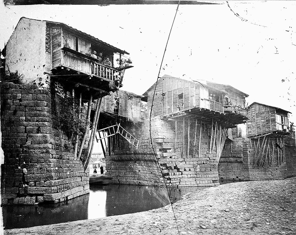Fig. 3. Chao-chow-fu Bridge, Kwangtung. Groups of people gathered on the bridge and began throwing stones. A vertical crack can be seen on the glass plate. The photograph appears in Illustrations of China, II, plate 8. Photograph by John Thomson, negative no. 290. Credit: Wellcome Collection. CC.BY.
