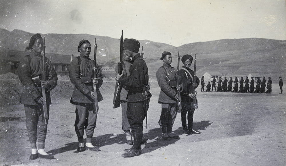 'Instruction of Recruits', 1st Chinese Regiment, Weihaiwei. An example of an image that might have been sent home. Historical Photographs of China ref: Ru01-013.