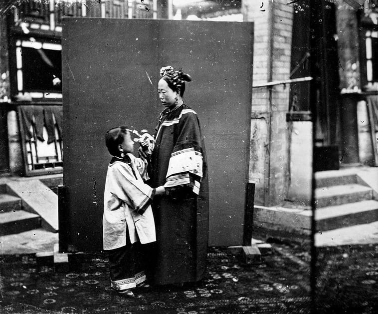 Manchu lady and child. Photograph by John Thomson (negative number 701). Credit: Wellcome Collection. Public Domain