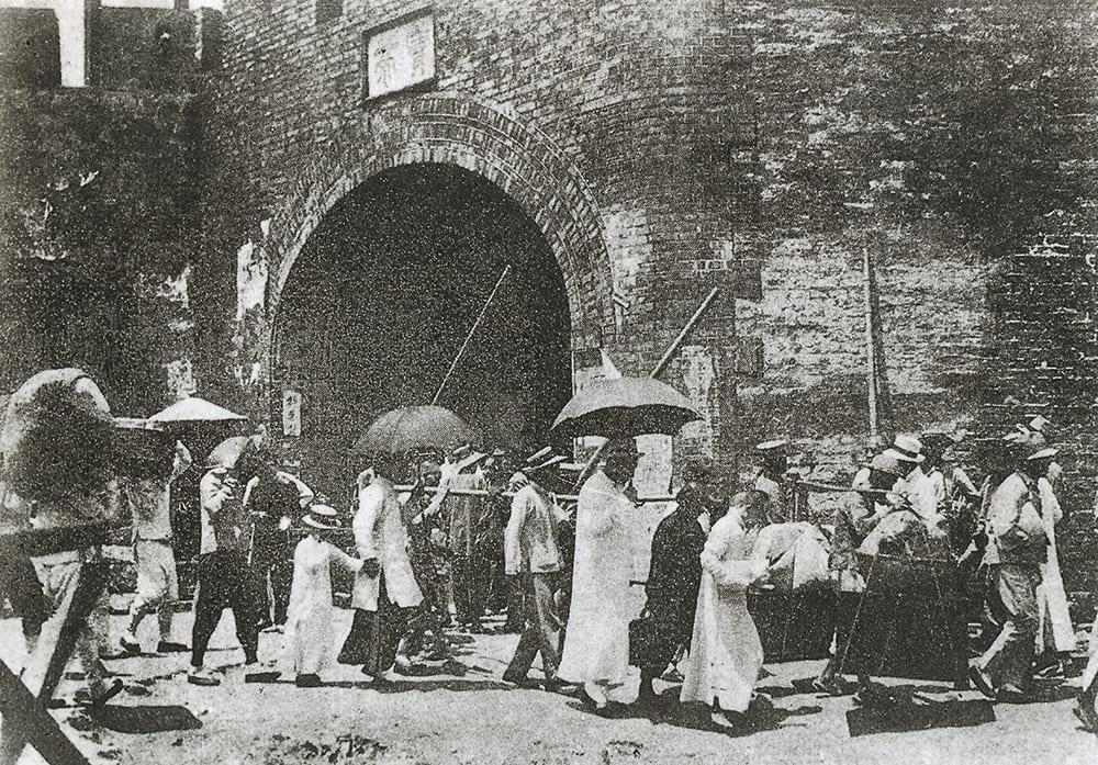 Little East Gate, Shanghai, c.1910. Source: Shanghai Library Archive.