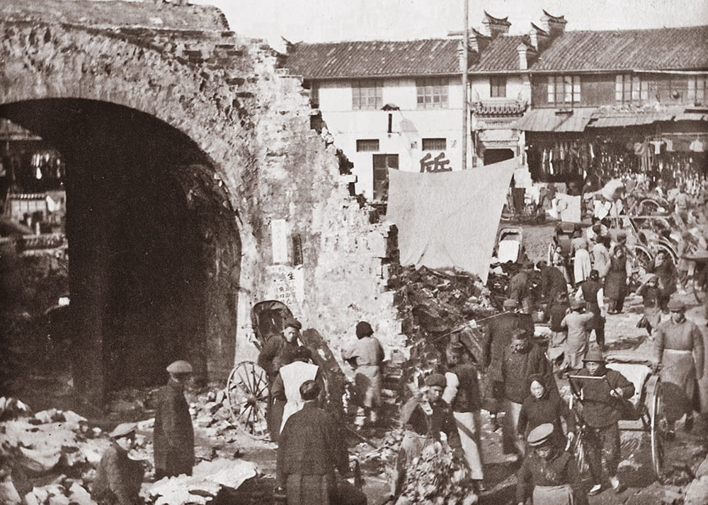 Demolition of the city wall, Shanghai, c.1912. Source: Shanghai Library Archive.