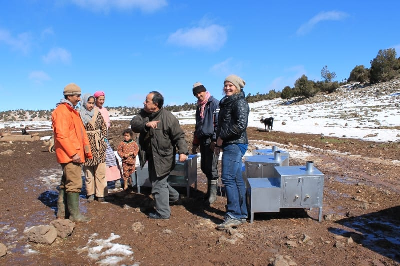 Abderrahim Derrou (director of the Ifrane National Park) and Els van Lavieren (MPC Foundation) delivering a unit to one of the families in the forest