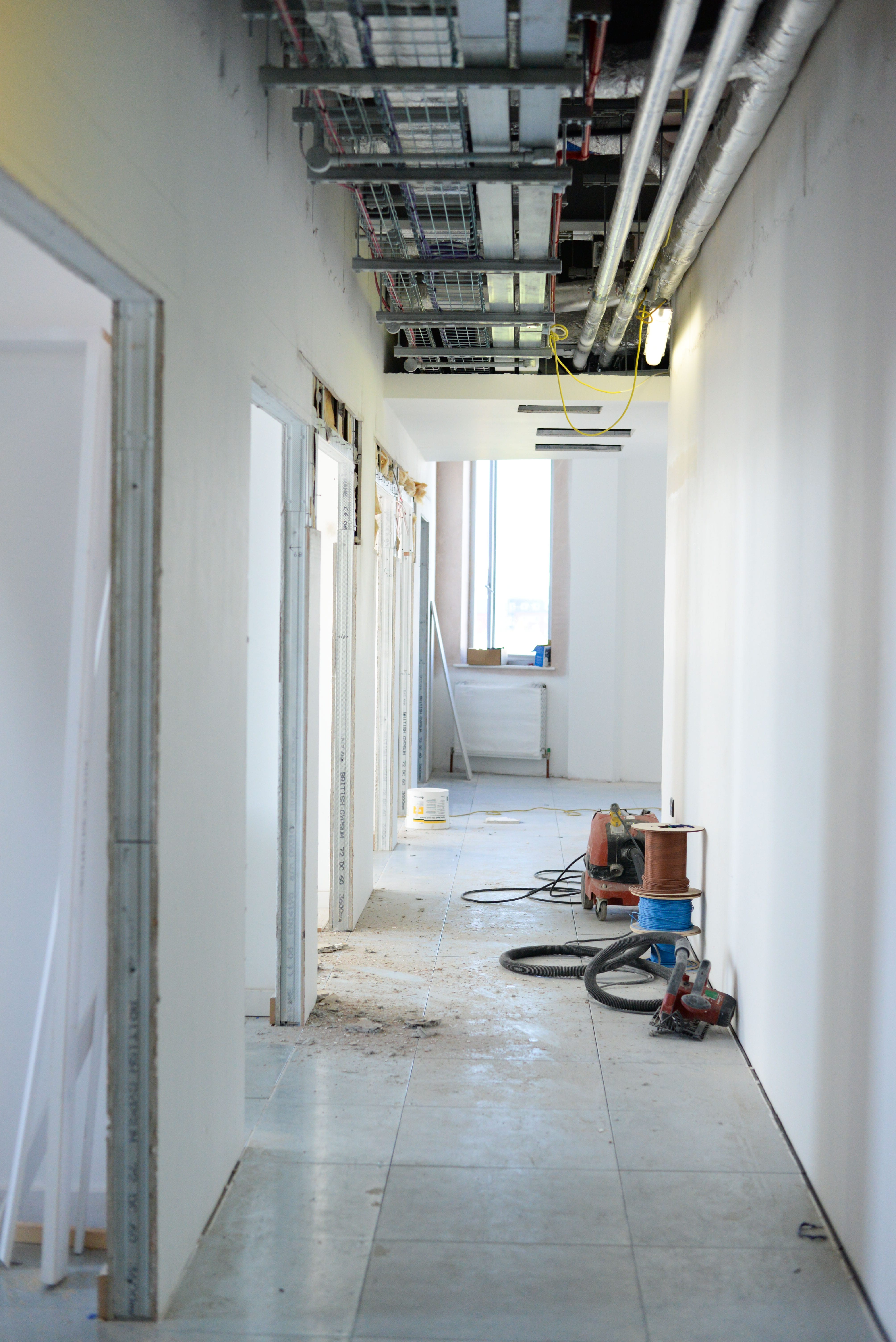 Image of a corridor in construction, the walls have been plastered