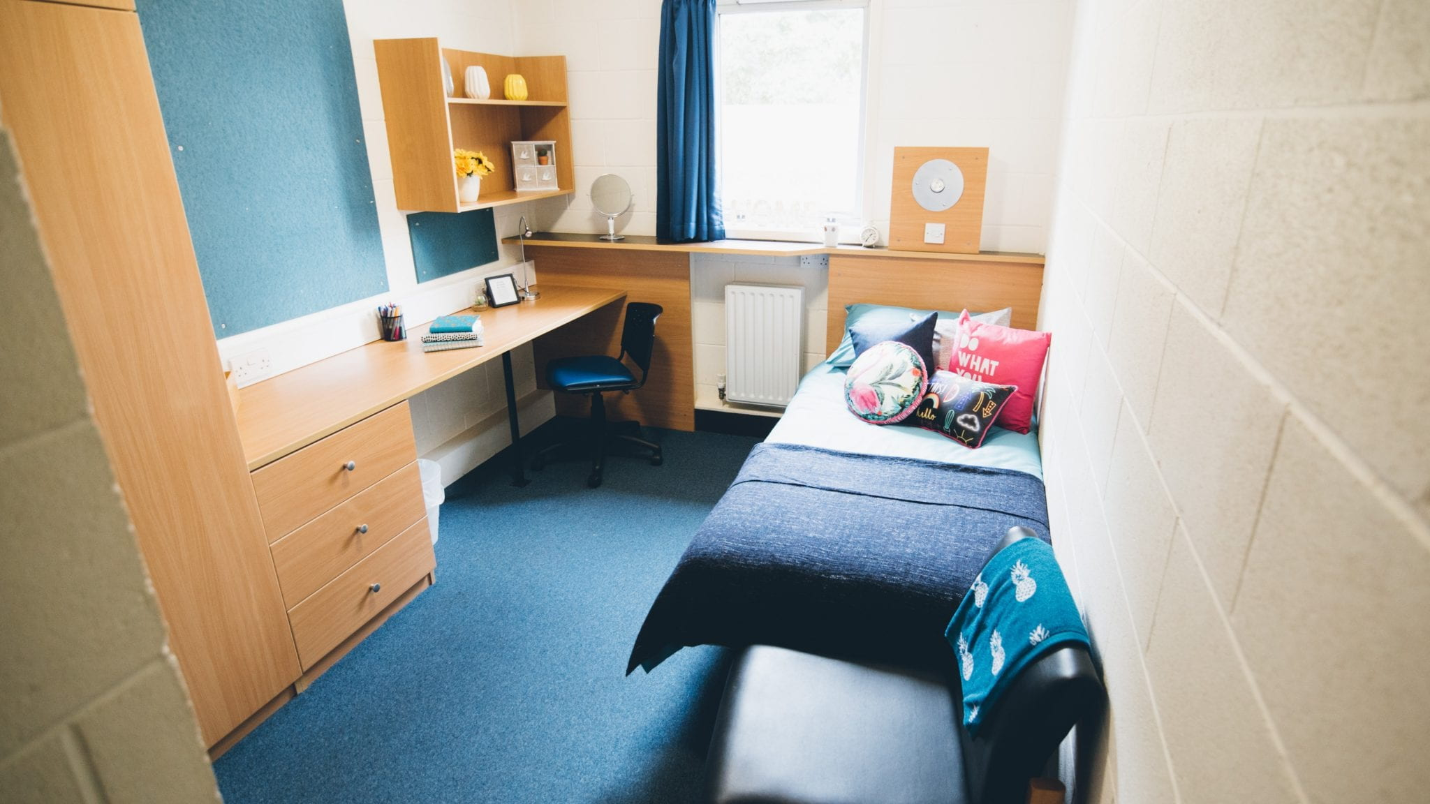 Lincoln courts en-suite room including single bed, wardrobe, desk, chair and drawers.