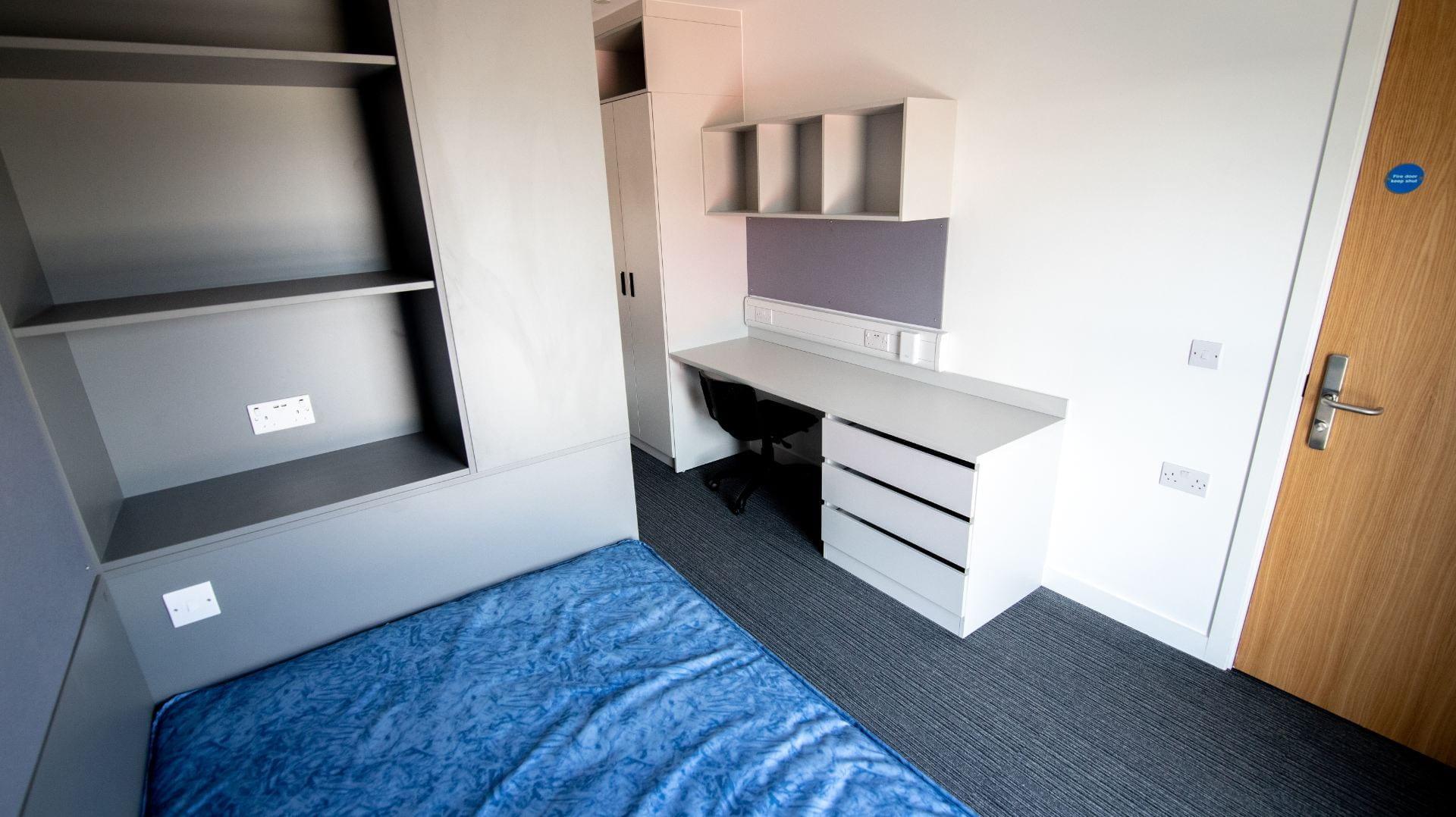 Valentine Court standard en-suite bedroom