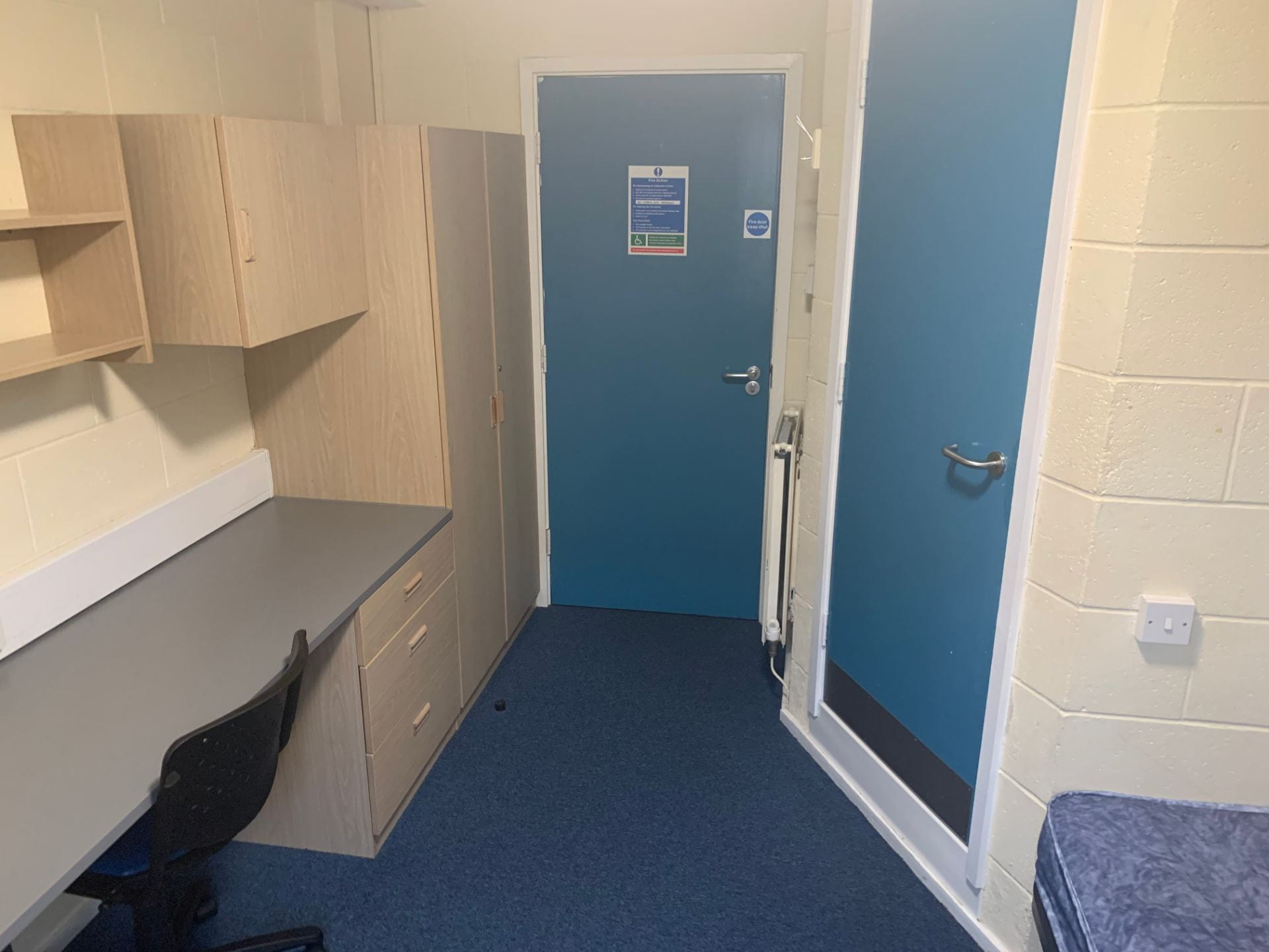 An example of a Lincoln Courts value en-suite bedroom