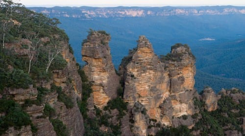 Figure 2 - The Three Sisters rock formation in the Blue Mountains, Australia. Childe spent part of his childhood here. CC BY-SA 2.5, https://commons.wikimedia.org/w/index.php?curid=234811