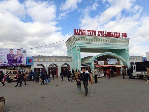 Монголын хамгийн том зах болох Нарантуулын өрсөлдөөн, үймээн олон олон наймаачдыг албан болоод албан бус өрөнд живүүлдэг.