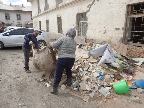 Image 5: On May 22nd 2016, residents remove the accumulated rubbish from Building No. 3.