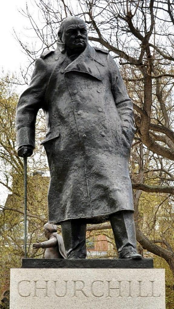 Winston_Churchill_statue,_Parliament_Square,_London_(cropped)