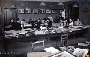 Black and white picture of Goldsmiths' College students in an art-room in 1908.