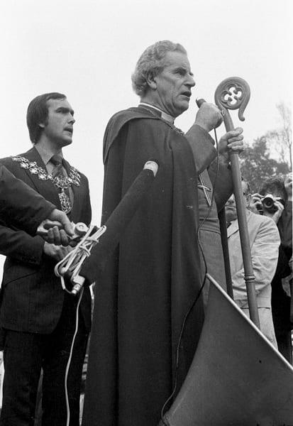 The Bishop of Southwark, Mervyn Stockwood, at the ALCARAF Rally, the Major of Lewisham behind (© Chris Schwarz)