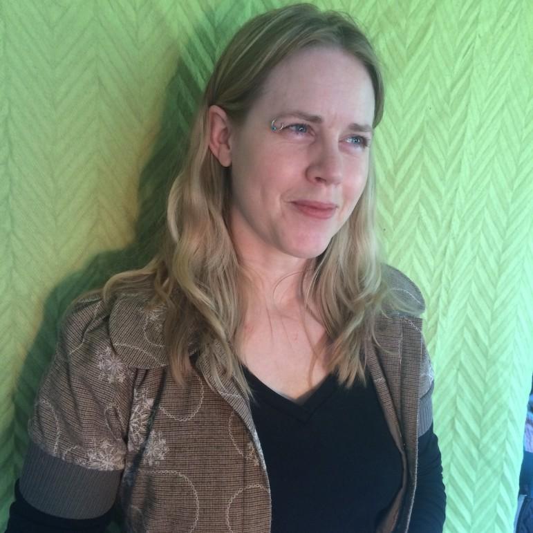 """""""Jeg tænker næsten kun på, at jeg ikke vil være gravid. Det er ligesom det, der er vigtigt for mig, så derfor følte jeg dækket ind, så længe jeg bare tog mine p-piller, og derfor virkede det ikke nødvendigt at bruge kondom,"""" siger Louise Asmussen. (Foto: Julie Povlsen)"""