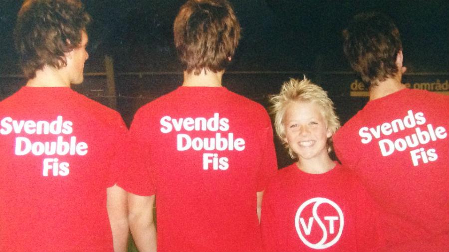 Da Svend Horwitz stoppede med at spille tennis, beholdt han sin bane, og arrangerede 'Svends Double Fis'. Vinderne fik en tur i Tivoli. Her ses Frederik Nymann, flankeret af medspillere.