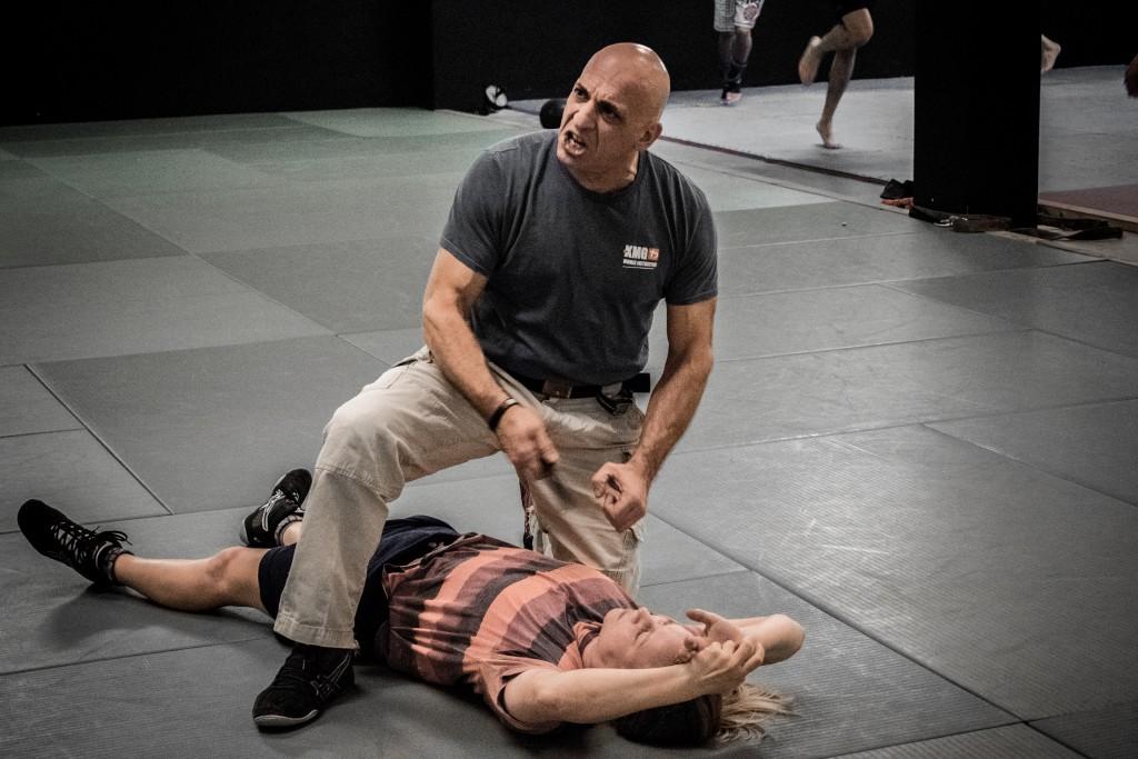 Christian Namrok træner kvinder i at forsvare sig selv i den israelske disciplin Krav Maga.