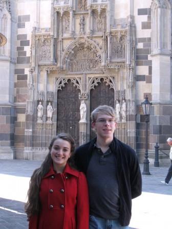 Sarah Vadskjaer-Grapek og Malcolm Jones poserer som turister i forbindelse med en konkurrence i Slovakiet,