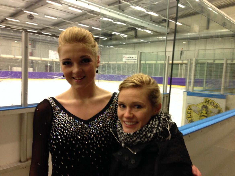 Katie Orscher (th) er tidligere amerikansk mester i kunstskøjteløb og har deltage ved VM flere gange. Nu træner hun bl.a. Emma Norby Petersen (tv) i Hørsholm Kunstskøjteløber Forening, hvor hun mærker en tydelig forskel på den danske kontra den amerikanske skøjtekultur.