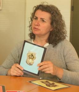 """Børn får hjælp til at fortælle om deres følelser gennem """"bamsekortene"""" Foto Isabel Gebuhr og Janek Majewicz"""