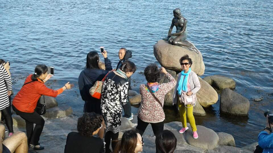Chinese tourists taking picture in front of the famous tourism site in Copenhagen (Photo: Hyebin Yoo)