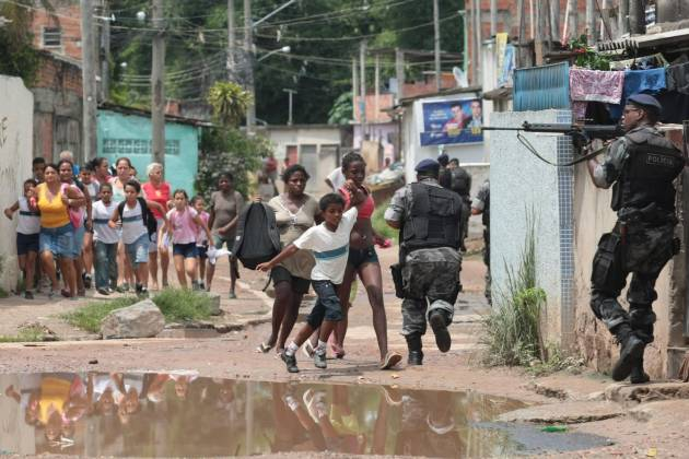 Det kostede over 30 mennesker livet, da det brasilianske politi forsøgte at 'rydde op' i Rio de Janeiros slumkvarter. - Foto: GL2