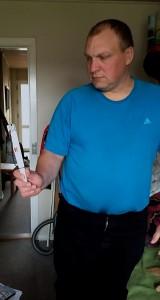 Lars Erik er så svagtseende, at han egentlig burde gå med blindestok, når han bevæger sig rundt. Men han nægter at være mere handicappet end højst nødvendigt