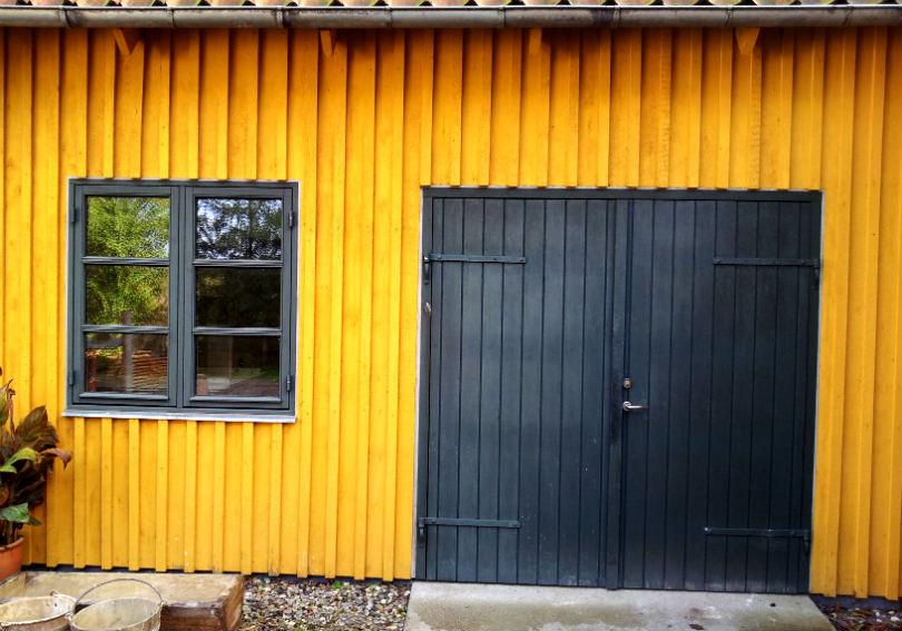 Det gule træværk er malet med kærnemælksmaling. Vinduet og porten er malet med linoliemaling. Begge er blandet af Charlotte Trebbien fra Den Fynske Landsby. Foto: Sidse Stephensen