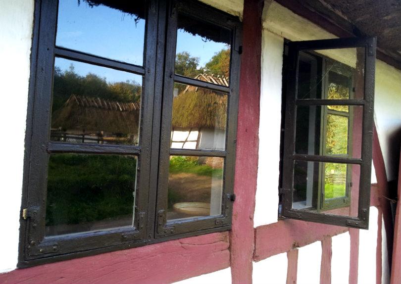 Nymalede vinduer i Den Fynske Landsby. De har fået et enkelt tyndt lag linoliemaling som genopfriskning. Så holder de igen i 5-10 år. Foto: Sidse Stephensen