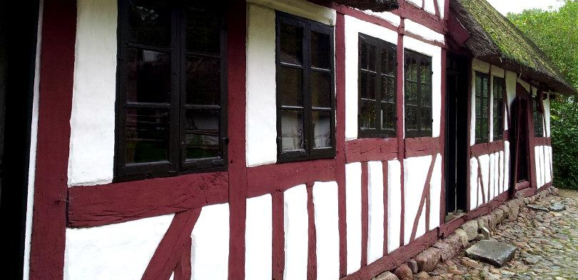 Nymalet hus i Den Fynske Landsby. Bindingsværket er mat rød (caput mortuum) kærnemælksmaling. Foto: Sidse Stephensen