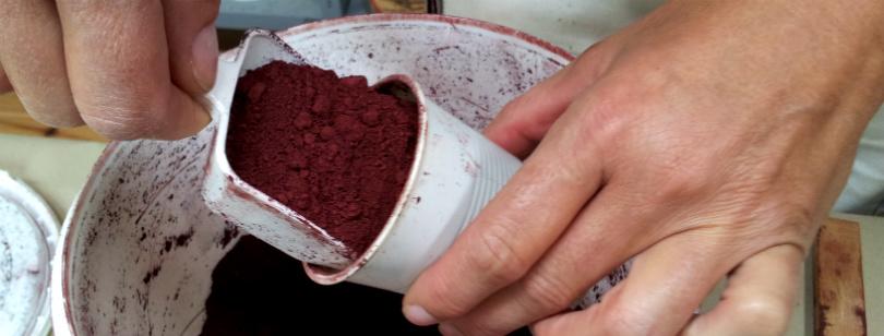 Farvepigmentet måles af i en engangskaffekop. Foto: Sidse Stephensen